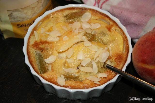 Kleine clafoutis met perzik, rabarber en amandel