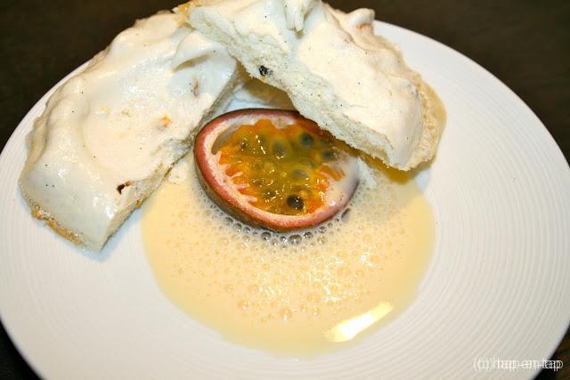 Meringues met vanille en passievrucht en crème anglaise