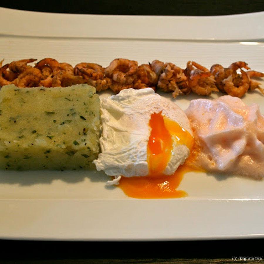 Geplette aardappel met tuinkruiden, Zeebrugse garnalen, een gepocheerd eitje en tomatenespuma