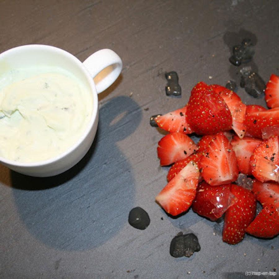 Aardbeien met citroengelei en zwarte peper, ricottamousse met basilicum
