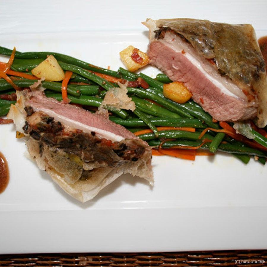 Lamsfilet in brickdeeg met tapenade, wokgroenten en rozemarijnpatatjes