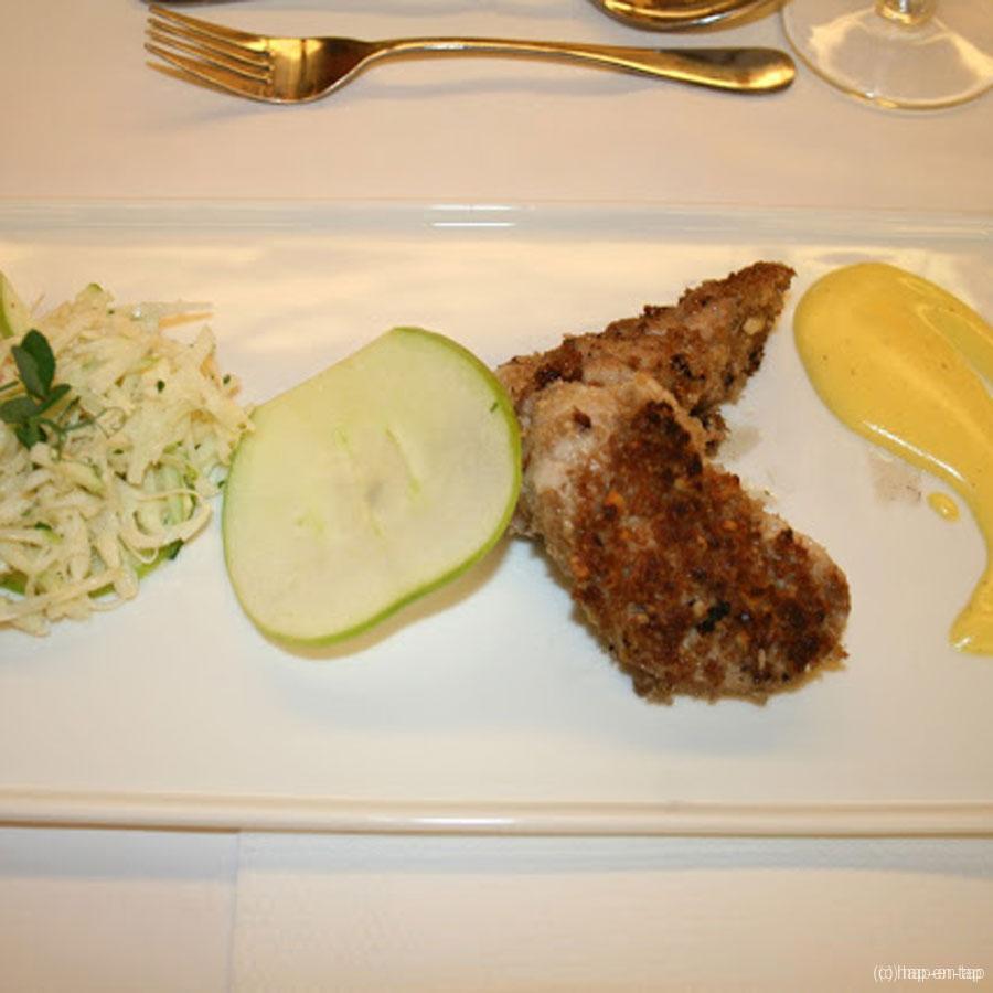 Gepaneerde kalfszwezeriken met appel-knolseldersalade en Hollandaise saus