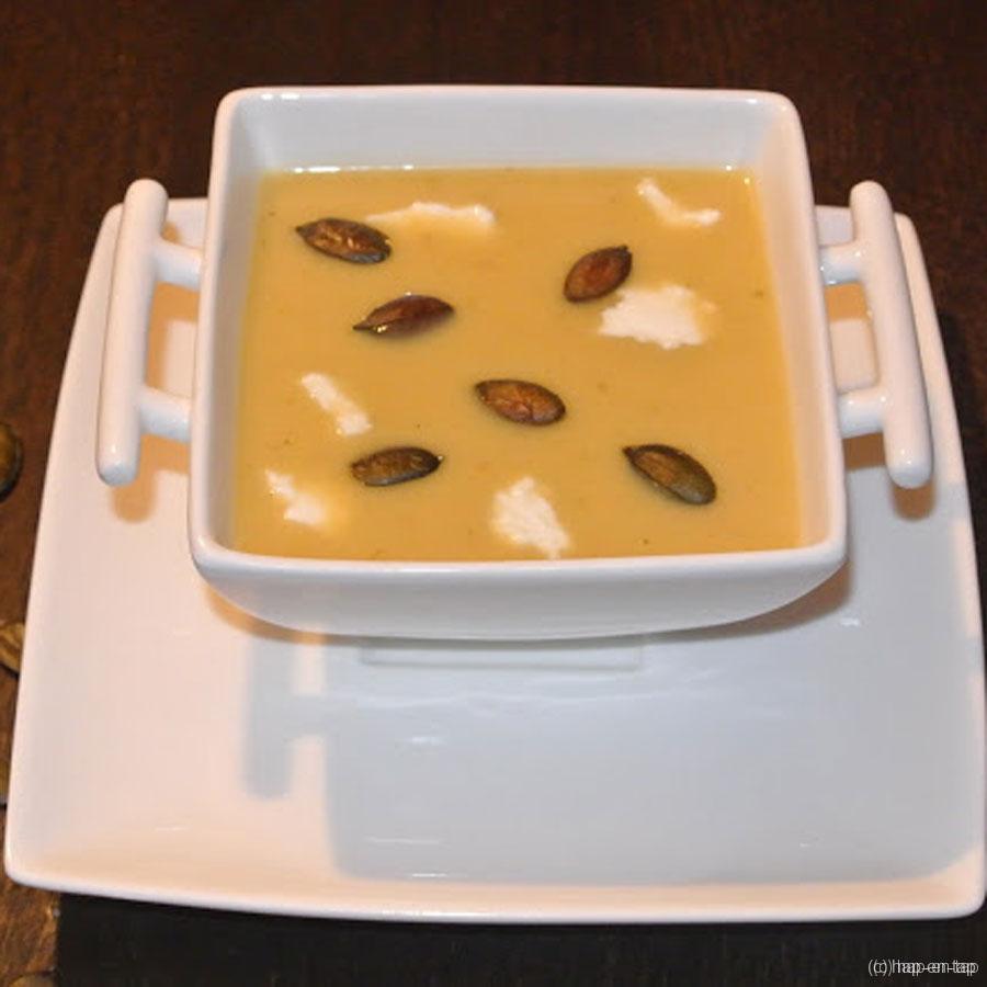 Soepje van bloemkool en pompoen met ricotta en geroosterde pompoenpitten