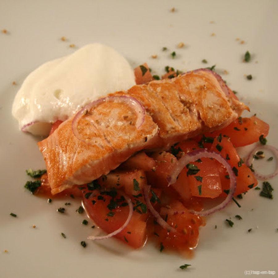 Teppan yaki zalm met tomatensalade en een mozzarellawolk