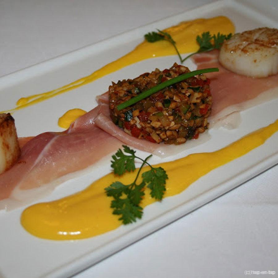 Ibericoham met gebakken St.-Jacobsvrucht, krokante groentjes en mangodressing