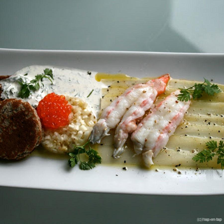 Carpaccio van asperges met langoustines, foreleitjes en blini's