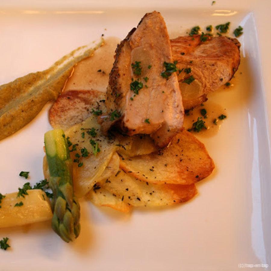Parelhoenfilet opgevuld met witte asperges, crème van gebakken groene asperges