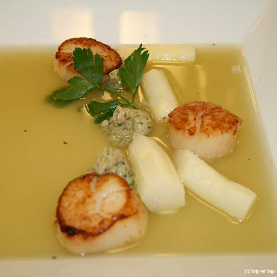 Bouillon van Mechelse asperges, peterselie Breydelmousse en coquilles