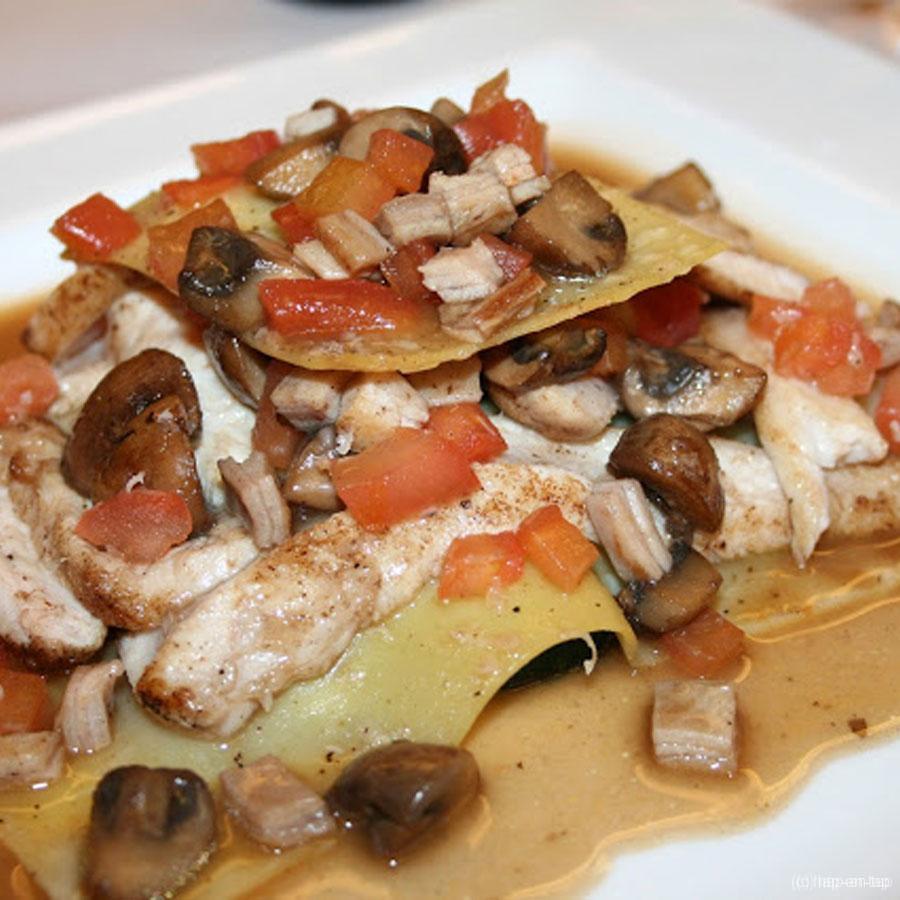 Lasagne van konijn, tomaten, mergpompoen en paddestoelen