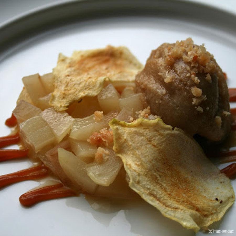 Gepocheerde peer, chips van peer, karamel van gezouten boter, ijs van bruine suiker, crumble
