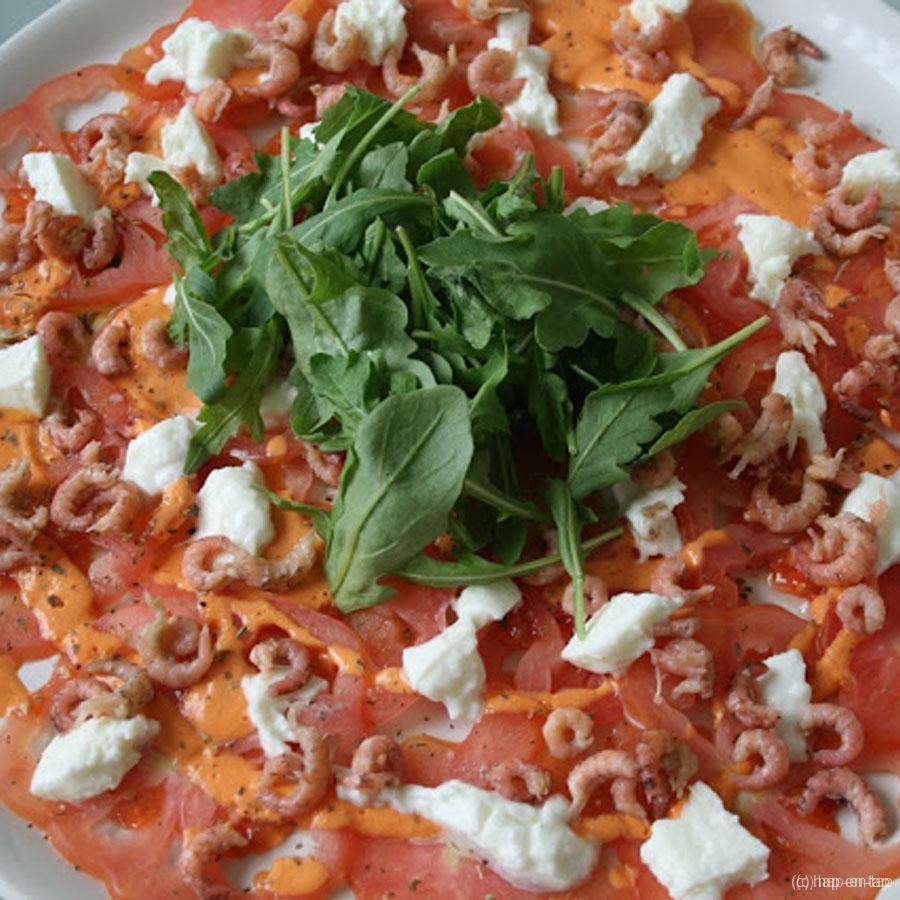 Carpaccio van coeur de boeuf tomaten met grijze garnalen en mozzarella