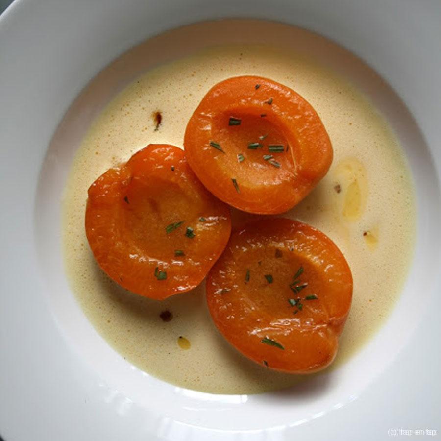 Gekaramelliseerde abrikozen met rozemarijn, crème anglaise