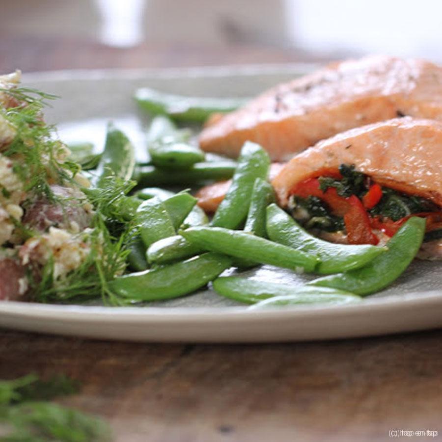 Zalm gevuld met champignons, spinazie en paprika en kruidige aardappelstoemp