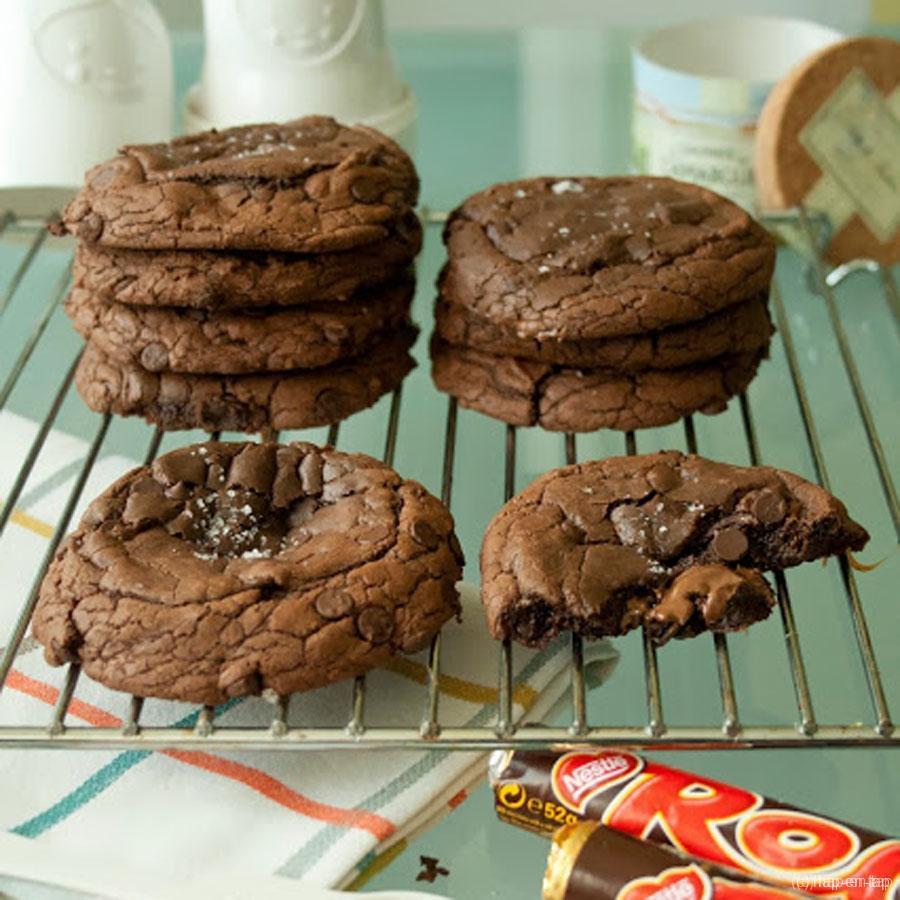 Dubbele chocolade cookies met een hart van gezouten karamel en Nutella