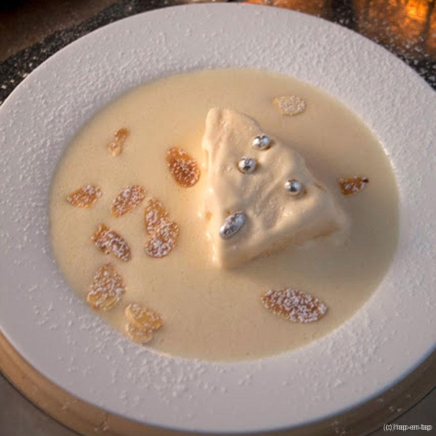 Parfait glacé van gebrande amandelen, crème anglaise geparfumeerd met Cream Sherry