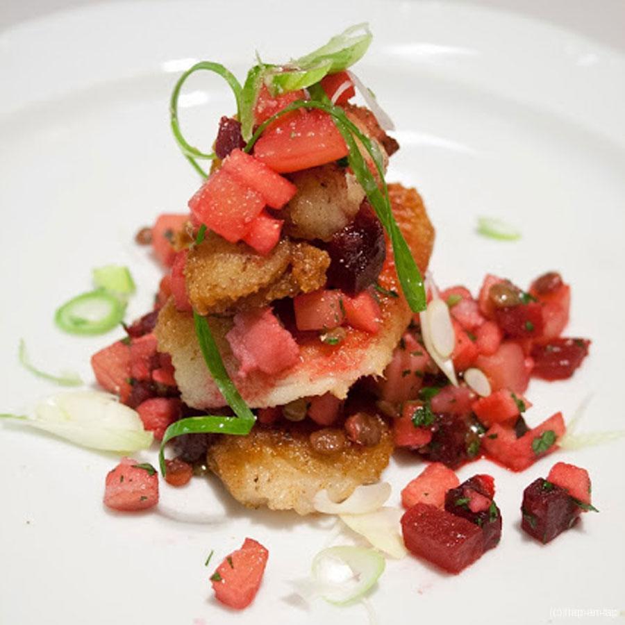 Gebakken rog met najaarssalade, linzenvinaigrette en krokant spek