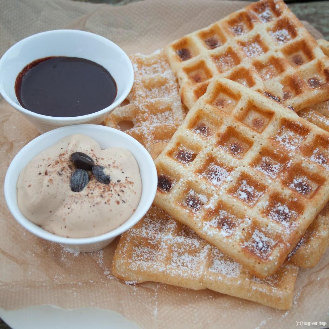 Wafels met chocoladesaus en koffieslagroom