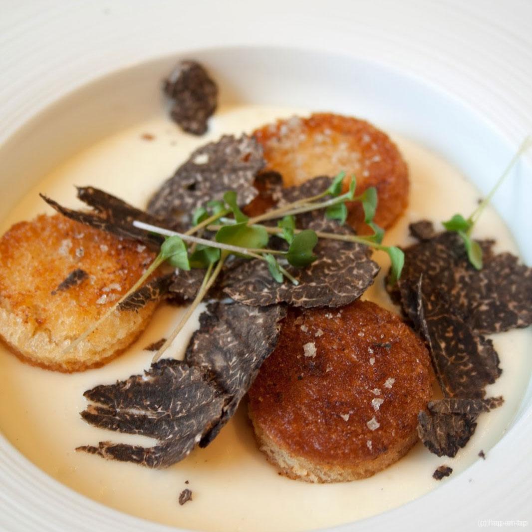 Crème van bloemkool met amandel, truffel en croutons met fleur de sel aux épices grillées