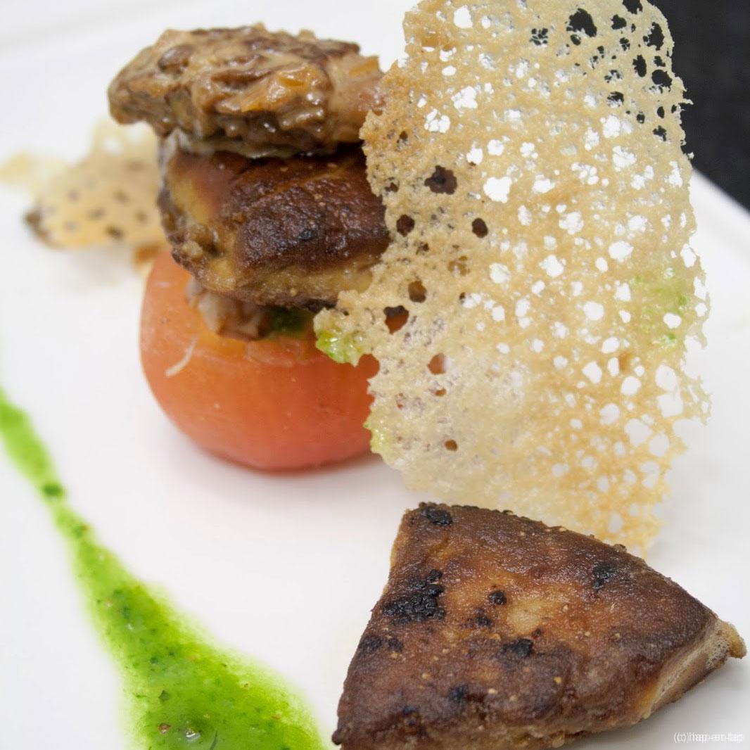 Gevulde tomaat, ganzenlever, morieljes, garnalen