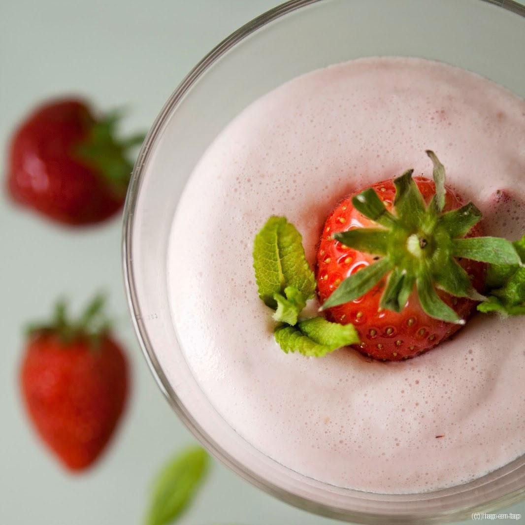 Bavarois van Alpro Mild & Creamy met aardbeien en rabarber