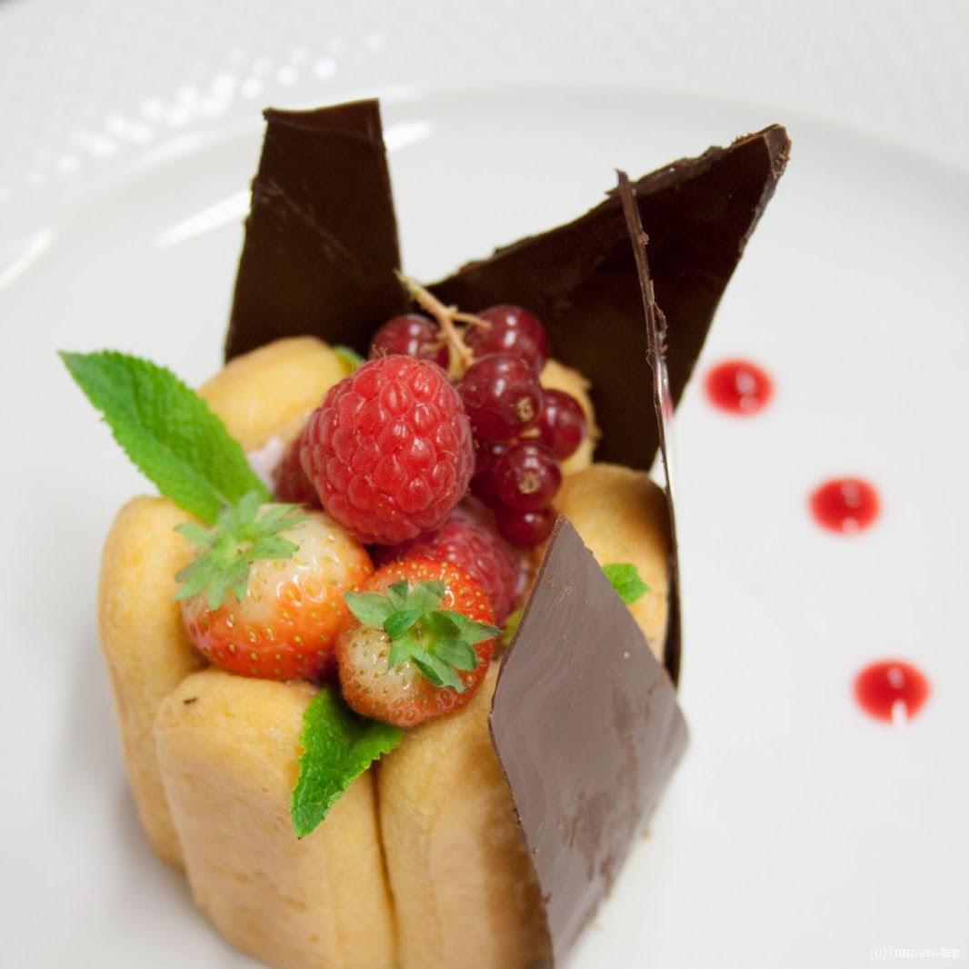 Charlotte van rode vruchten en meringue, cherryaroma, geglazuurde jonge aardbeien of bramen