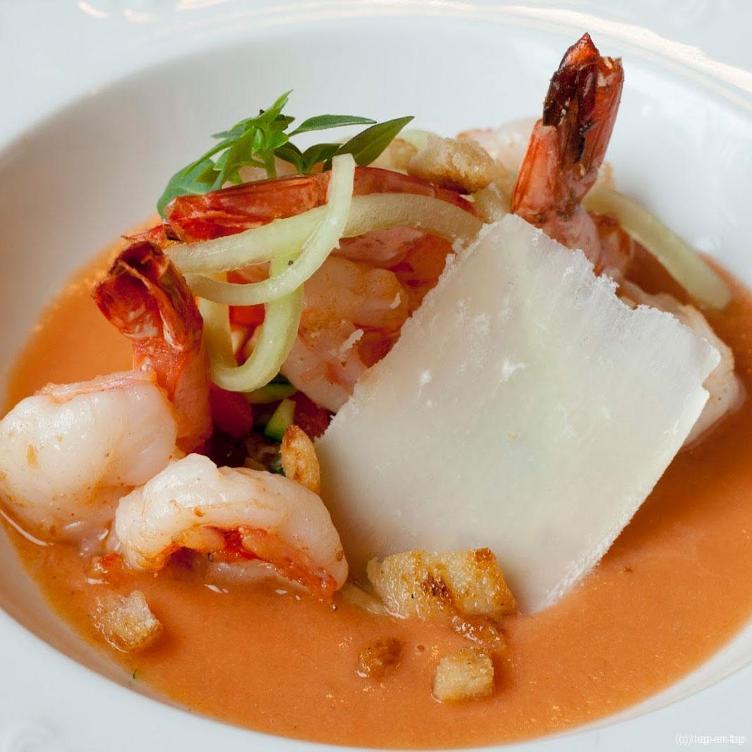 Jumboscampi met geroerbakte groenten opgefrist met gazpacho