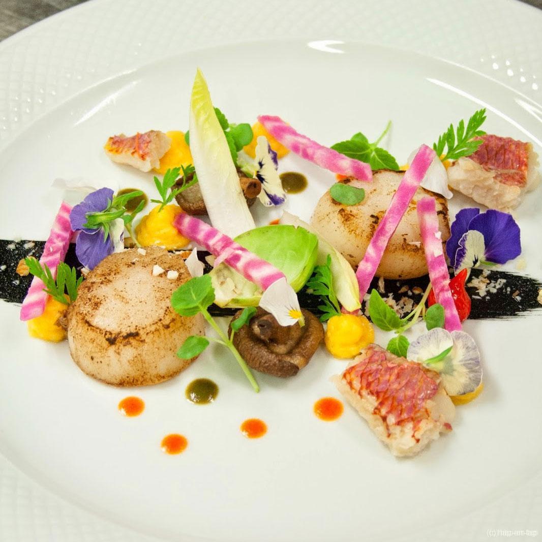 Gebakken Sint-Jakobsnoten, kleine zeebarbeelfilet, butternutpuree, eetbare kruiden, sap van wortelloof