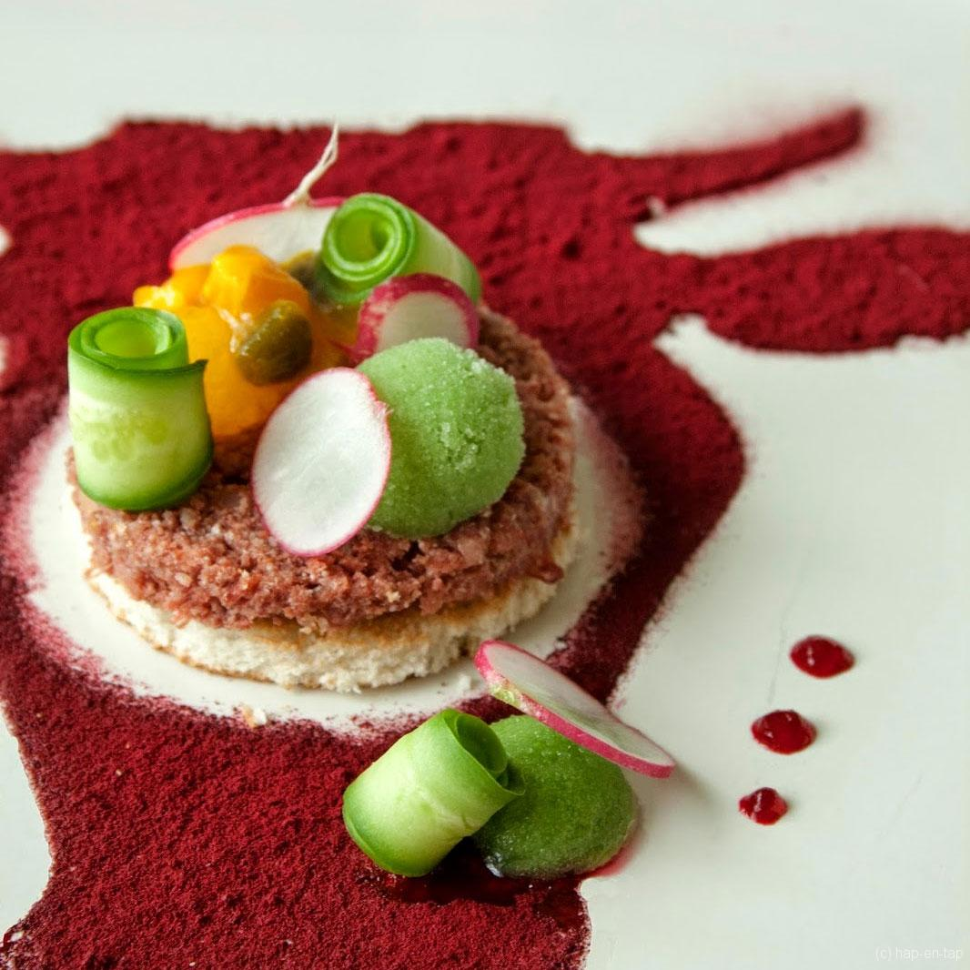 Corned Beef, homemade pickles, sorbet van augurk, gel van rode biet