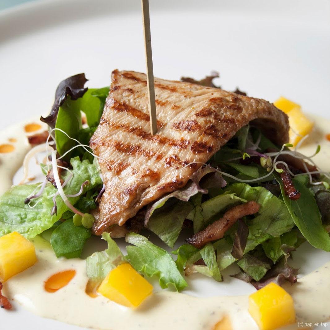 Salade van gemarineerde kip met mangodressing