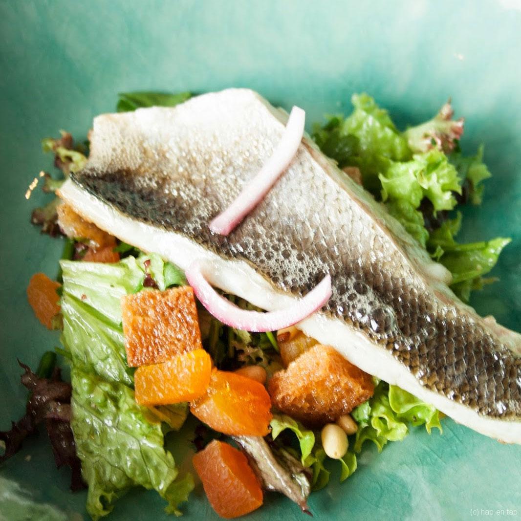Zeebaarsfilet, gemengde salade, croutons