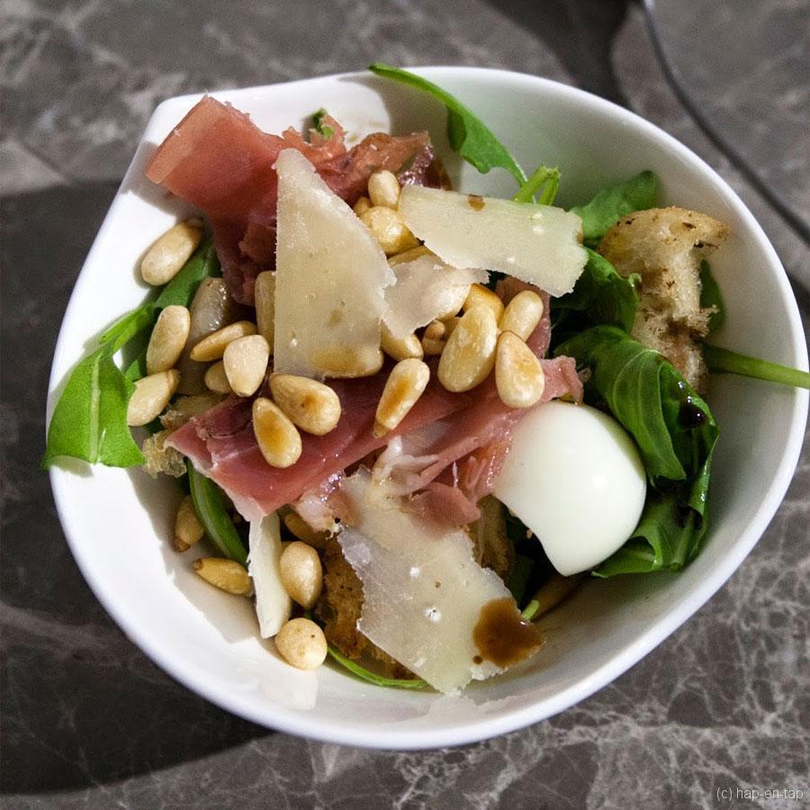 Salade van oesterzwammen met kwartelei en seranoham