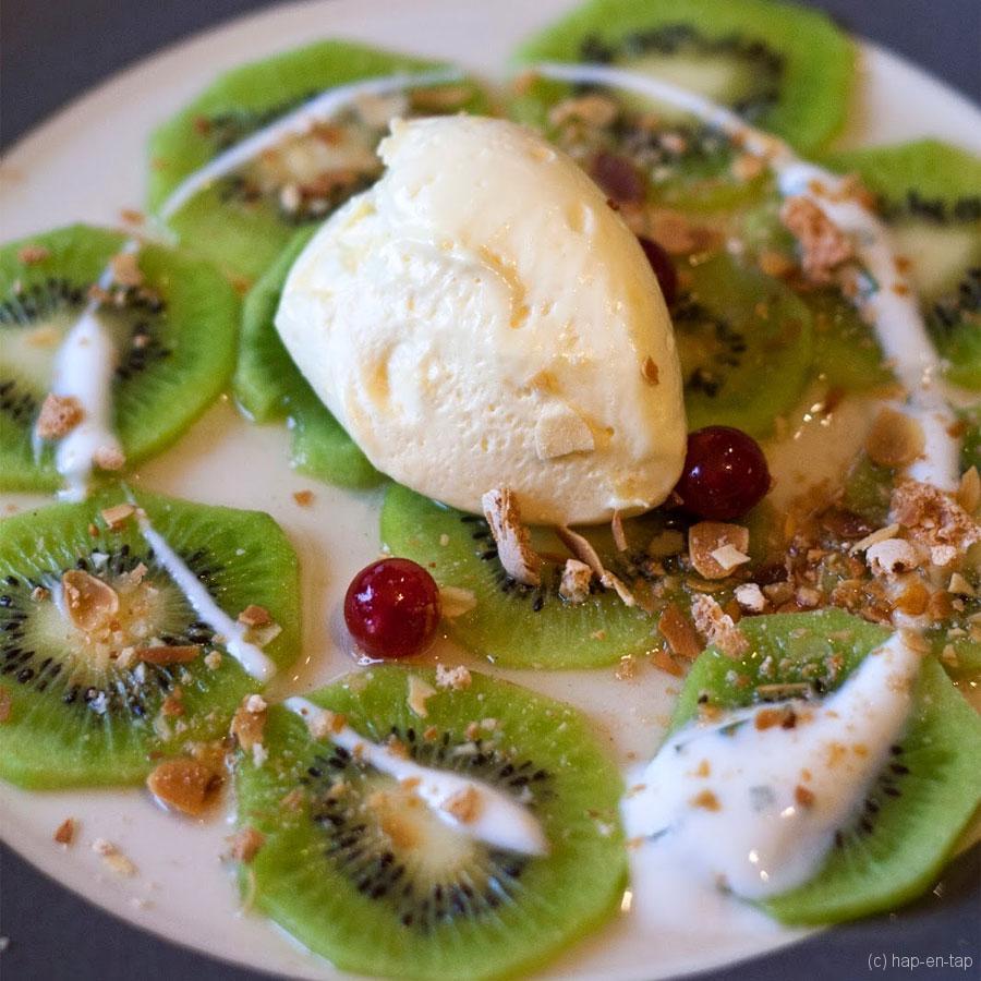 Carpaccio van kiwi, basilicum, witte chocolademousse