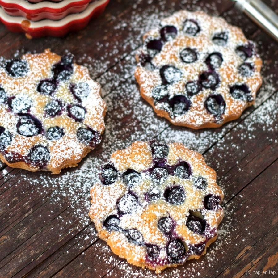 Amandelcakejes met blauwe bosbessen – Knack Weekend #10