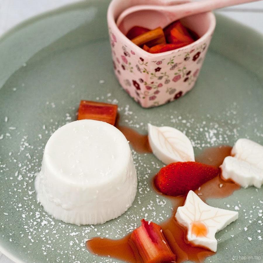 Panna cotta met kokosmelk en aardbeien-rabarbercompote – Knack Weekend #8
