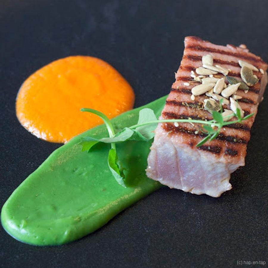 Kort geschroeide tonijn, paprikacoulis, broccolizalf, noedels