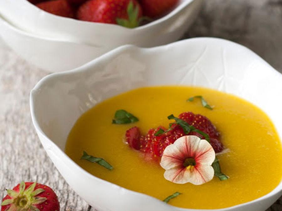 Mangosoep met basilicum en aardbeien