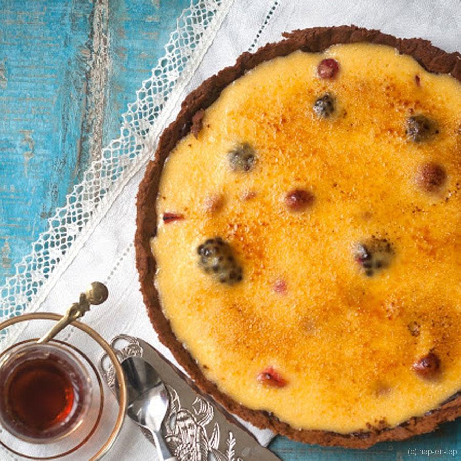 Crème brûlée-taart met rood fruit