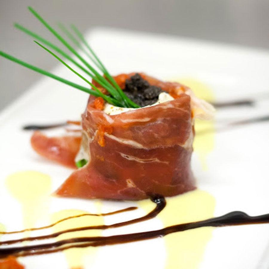 Sushi van buffelmozzarella, gedroogde pomodori en Pata Negra ham