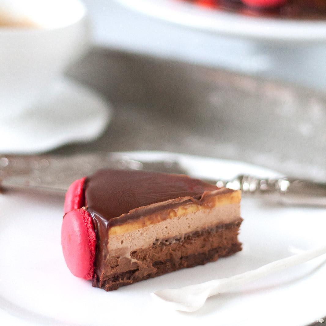 Samba chocoladetaart met passievruchtenmousse en macarons