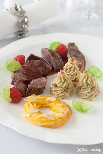 Hazenrug, aardappel kerstkransjes, spruitenpuree en frambozensaus