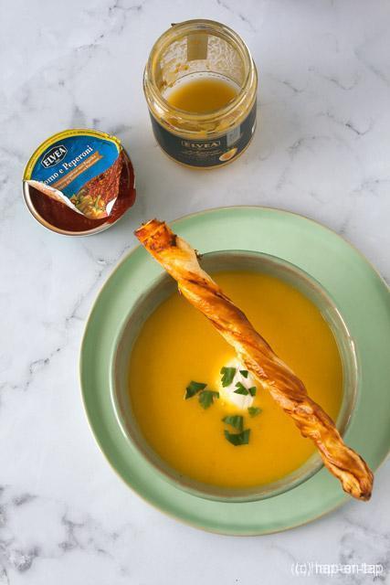Gele tomaten- en paprikasoep met twisters