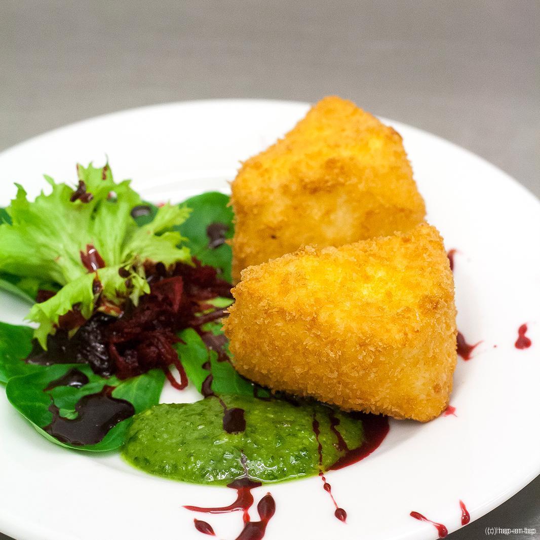 Gefrituurde camembert met rode biet salade, dennenhoning en pesto