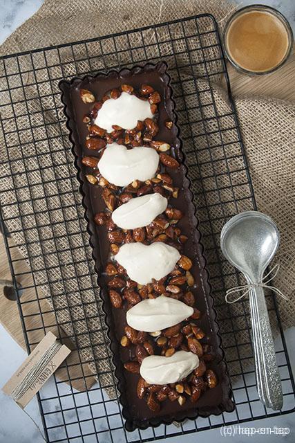 Melkchocoladetaart met amandel praliné en koffieslagroom