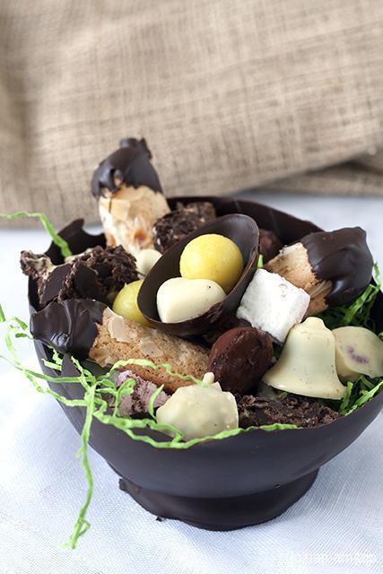 Chocolade ei gevuld met paaseitjes, frambozen bonbons, marshmallows, truffels,...