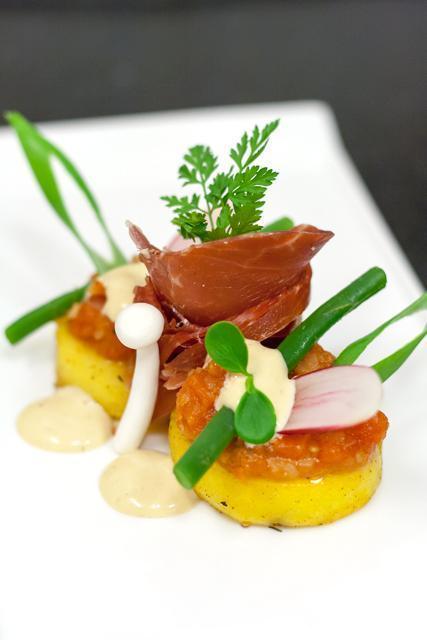 Gekonfijte aardappel, Iberico ham, tomatencompote en ansjovismayonaise