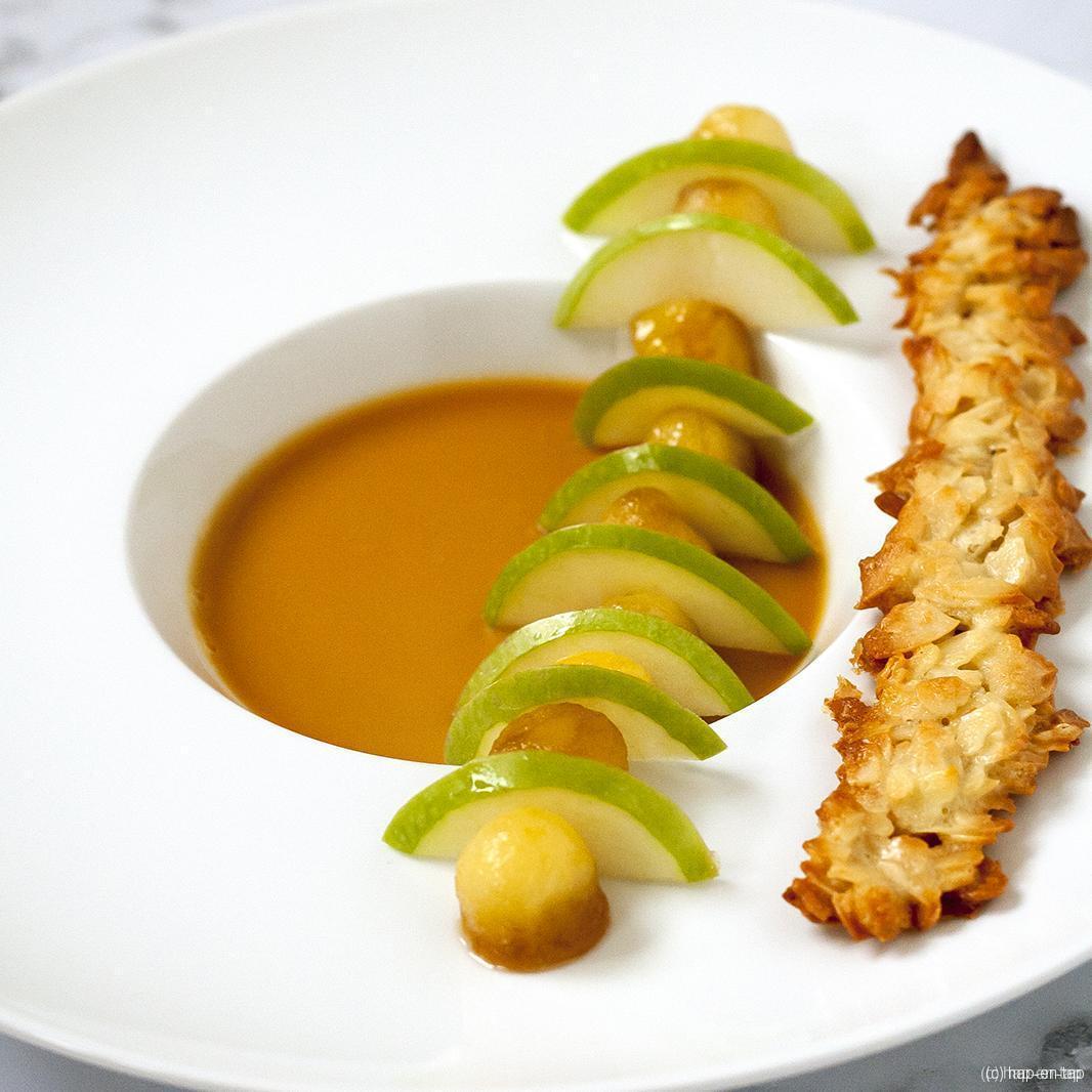 Karamel panna cotta, appeltjes en amandeltuile