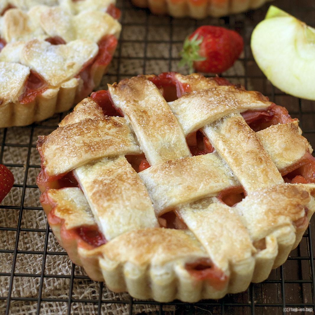 Appel-aardbeitaart met kardemom