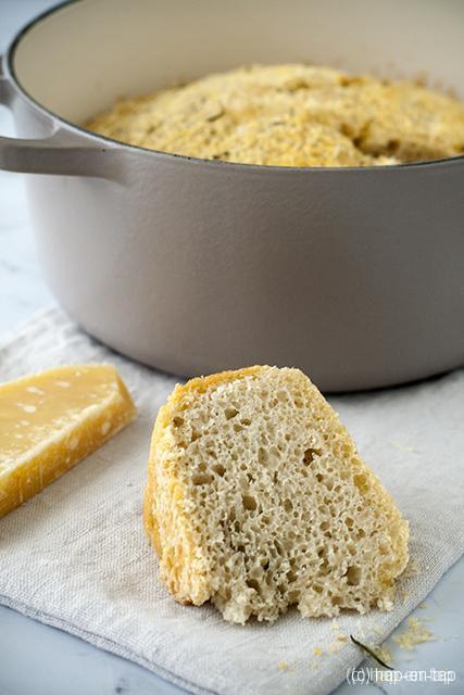 Rozemarijn en parmezaan brood in de cocotte (zonder kneden)