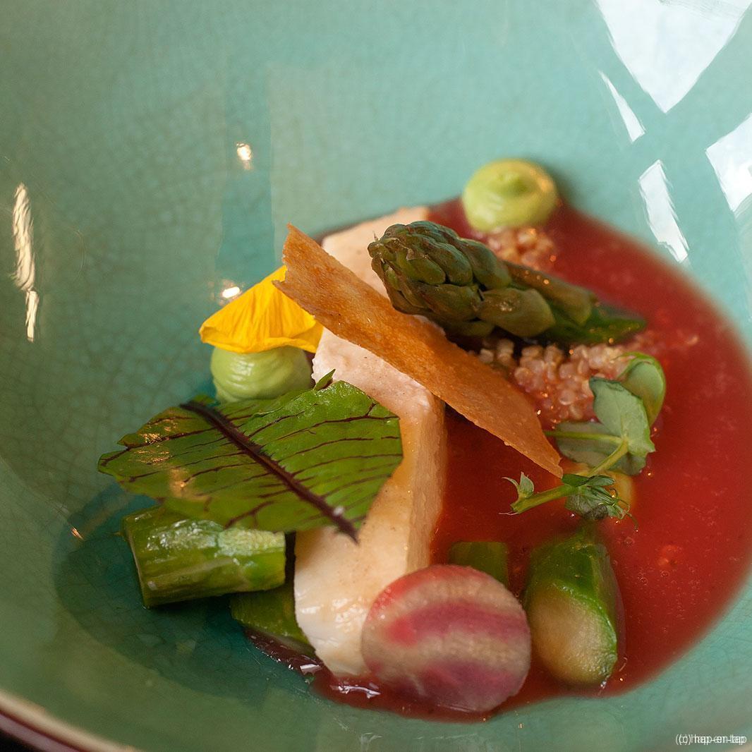 Tarbot, groene asperges, quinoa, bloedsinaasappel