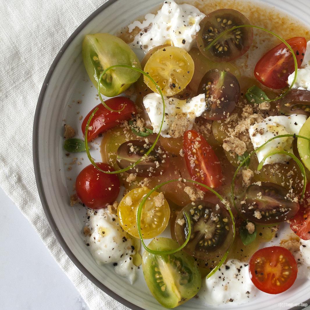 Burrata, tomaat, sablé, gerookte olijfolie
